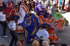 https://flic.kr/p/LcoPUM | 74ème Festival Folklorique International Danses et Musiques du Monde | N'hésitez pas à consulter notre site internet www.tourisme-amelie.com  Dès le début du 20° siècle et notamment lors des fêtes du Carnaval, un groupe de jeunes gens et de jeunes filles exécutait dans les rues de la ville des danses folkloriques catalanes.  Jean TRESCASES, fondateur des Danseurs catalans d'Amélie les bains en 1935, créa en 1936 un festival folklorique des provinces françaises.  Et…