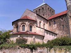 Iglesia de San Miguel. Hildensheim (Alemania), siglo XI. Ábside occidenal, con girola o deambulatorio y cripta.