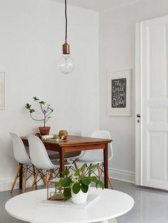 Pequeño comedor para 4 personas. Combina lo rustico de la madera y lo moderno de las sillas Eames. #TuEspacioLASDDI