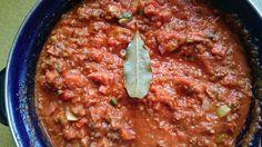 Spaghettisaus: Ingredienten 2 uien 2 tenen knoflook  1 grote wortel 350 gr paprika  3 a 4 stelen bleekselderij   klein snijden en aanbakken in de pan.  8 a10 ontvelde tomaten erbij met peper, zout, 2 eetlepels provinciale kruiden en een laurierblaadje.  Gooi er een runderbouillonblokje bij.... (kan ook zonder)  een uur pruttelen, staafmixer erdoor heen. het laurierblaadje er even uithalen  Daarna groente en vlees toevoegen wat je lekker vindt.  Bv: gehakt, ui, courgette, bleekselderij…