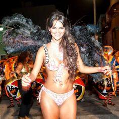 Irmã de boleiro desfila quase nua em carnaval uruguaio http://r7.com/BgjR