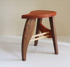 * 美しい曲線を徹底的に追求し、かつ椅子としての機能も備えたスツールです。 *● 天板には木目の美しいカリン、脚には高級材のウォールナットを用いております● 左右非対称の天板、外側と内側で違うカーブの脚など、曲線の美しさにはこだわりました。● 塗料は天然のエゴマ油を原料にしたオイル、匠の塗油を塗布しております。● 製作にはネジ等の金属類は使わずに、木組みで作っております。�