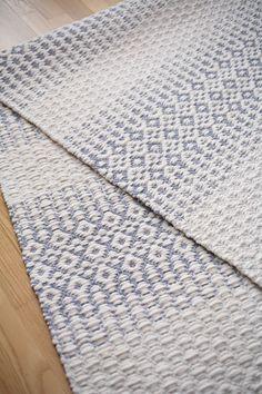 Talvisen lumisen metsän innoittama ruusukasmattomalli Pakkastalvi (3316). Mallikerta-lehti nro 1/2010. Weaving Textiles, Tapestry Weaving, Loom Weaving, Hand Weaving, Weaving Designs, Weaving Projects, Floor Cloth, Rugs On Carpet, Carpets
