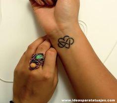 Tatuaje del Símbolo de Infinito y Corazón El tatuaje del símbolo infinito unido con el corazón significa amor eterno y por lo general está dedicado hacia alguna persona que amamos, o hemos amado ya sea en homenaje o en la actualidad. Es una muy buena opción para unir dos diseños muy populares en un solo tatuaje.