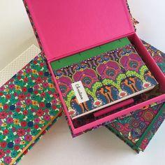 Kits coloridos de caixa e caderno atravessaram o continente para presentear ! #vacation #kitpapeldasduas #caixaorganizadora #bookbinding #encadernação #presentepersonalizado