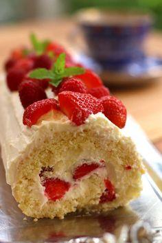 Strawberry sponge roll – Maria, I like it! Köstliche Desserts, Chocolate Desserts, Delicious Desserts, Strawberry Cinnamon Rolls, Vegan Cinnamon Rolls, Cinnamon Roll Cheesecake, Cheesecake Recipes, Oreo Cheesecake, Oreo Dessert