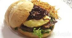 Angusburger met Franse kaas en gekarameliseerde ui Hamburgers, Baked Potato, Potatoes, Baking, Ethnic Recipes, Food, Tomatoes, Burgers, Hamburger