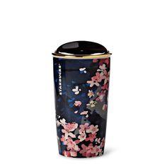 Un mug de voyage en céramique à paroi double arborant un motif emblématique du printemps. Fait partie de la collection de verres et tasses Fleur de cerisier.