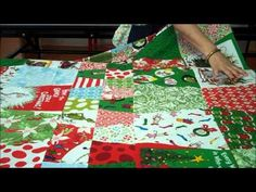 Christmas tumbler quilt with The Grinch fabric. Another great festive tutorial from The Missouri Star Quilt Company! Quilting For Beginners, Quilting Tutorials, Quilting Projects, Sewing Tutorials, Sewing Projects, Craft Projects, Star Quilts, Easy Quilts, Tumbler Quilt