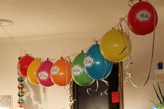 Kleines Freudenhaus: 10 ideas for New Year's Eve with children - Neujahr Ideen Party Silvester, Diy Silvester, New Year Celebration, Birthday Celebration, New Year's Eve Countdown, Cookie Party Favors, New Year's Eve Cocktails, Black Balloons, Holiday Centerpieces