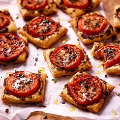 Puff pastry with tomato. Party Food And Drinks, Snacks Für Party, I Love Food, Good Food, Yummy Food, Food Porn, Pesto, Appetizer Recipes, Snack Recipes
