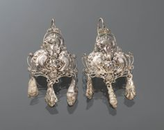Paar zilveren oorhangers. Gedragen door een vrouw uit de provincie Groningen, omstreeks 1875. #Groningen