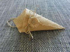 Conjunto de 6 conos de arpillera. Los conos de arpillera miden aproximadamente 11 x 5.5 (más puntos) Lazo-4 aproximadamente El material ha sido rígido y planchada para dar textura resistente.     Estos conos de arpillera son perfectos para adornar el altar en su boda con hierbas y flores frescas o secas, o incluso utilizan en su casa para refrescar las habitaciones!  La guita del yute puede ser alargada o acortada simplemente ajustando el arco.  Conos de arpillera más aquí: https://www.e...