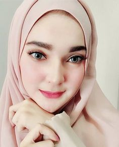 Pin Image by Sejuta Hijaber Stylish Hijab, Casual Hijab Outfit, Hijab Chic, Beautiful Muslim Women, Beautiful Hijab, Beautiful Eyes, Turban Hijab, Hijab Niqab, Hijabi Girl