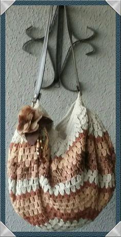 Bolsa de croché  Linha 100 % algodão com aplicação de broche for de tafetá