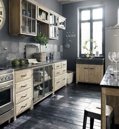 I bet everybody loves an industrial kitchen style. It's aesthetically pleasing even if not the most popular trend in kitchen design. Pine Kitchen, Rustic Kitchen, Vintage Kitchen, Kitchen Decor, Kitchen Ideas, Kitchen Unit, Kitchen Grey, Wooden Kitchen, Kitchen Island