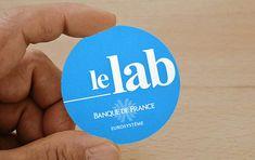 Pour La Banque de France: La Petite carte de visite ronde pas cher et personnalisable en ligne... La nouvelle arrivée est la petite carte de visite ronde en ligne, une belle carte de visite originale grâce à sa découpe ronde d'un diamètre de 50 mm Creative Business Cards, Diamond Pattern, Fishing Line