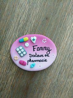 réservé badge pharmacie avec médicaments : Pins, badges par estelle-badge-fimo