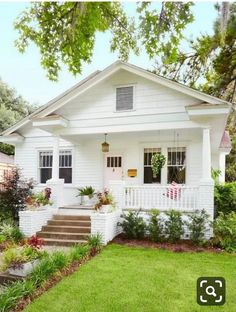 exterior design Farmhouse designs are commonly loved by those who still hold old family tradition strongly. Modern Farmhouse Exterior Design Ideas for Stylish b Future House, Style Cottage, Cottage Homes, White Cottage, Cottage Living, Cozy Cottage, Cozy House, Southern Cottage, Bungalow Homes
