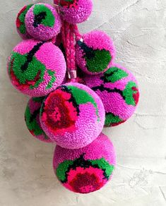 MYK-Berlin — Pompon Home Pendant- blossom - Ideen finanzieren Crafts To Sell, Diy And Crafts, Crafts For Kids, Arts And Crafts, Pom Pom Rug, Pom Pom Wreath, Pom Poms, Pom Pom Crafts, Yarn Crafts