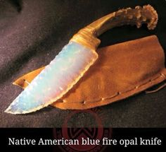 Beautiful Native American Fire Opal Stone Blade Knife with Deer Antler Handle and Sinew Binding. Artisan is Cherokee craftsman Bear Paw / on. Pretty Knives, Cool Knives, Knives And Swords, Unique Knives, Flint Knapping, Fantasy Weapons, Fantasy Dagger, Knife Making, Making Tools