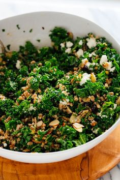 Farro and Kale Salad with Goat Cheese This farro and kale salad is SO GOOD and good for you, too! Toasted almonds, crumbled goat cheese and dried cherries send it over the top. Farro Recipes, Vegetarian Recipes, Healthy Recipes, Clean Recipes, Eat Healthy, Stop Eating, Clean Eating, Massaged Kale, Farro Salad