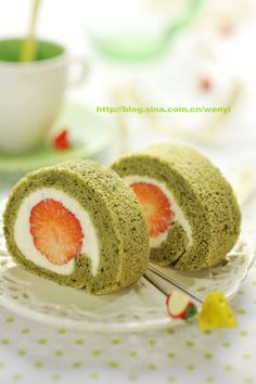 Recipe in Japanese but shows pictures :: Make matcha sponge cake, spread whipped cream, put one long layer of berries, roll then chill. Cut