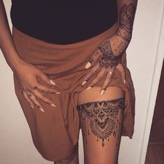 Henna tattoos on thigh looks stunning and beautiful. If you don't believe us, then have a look at these thigh henna designs and it will change your mind. Sexy Tattoos, Trendy Tattoos, Body Art Tattoos, Sleeve Tattoos, Tatoos, Vine Tattoos, Skull Tattoos, Arm Tattoos, Tribal Tattoos