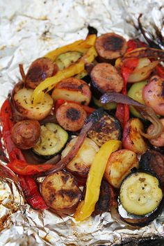 Grilled Sausage and Vegetable Foil Packets make a great summer meal. Everyone lo… Grilled sausage and vegetable foil packages are ideal for summer dishes. Everyone loves aluminum foil food! Tin Foil Dinners, Foil Packet Dinners, Foil Pack Meals, Foil Packets, Easy Dinners, Muesli, Slimming World, Enchiladas, Meals Everyone Loves