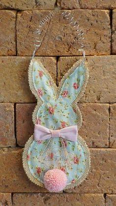 Fabric Easter Bunny Wall Hanging Burlap Crafts, Fabric Crafts, Hoppy Easter, Easter Bunny, Easter Art, Diy Osterschmuck, Easy Diy, Easter Fabric, Diy Ostern