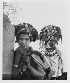 Femmes berbères du Maroc : femmes aït Bou iknifen parées pour un mariage Ouaklim