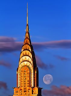 Moon hovers near Chrysler Building during today's blue-skied sunrise. Famous Structures, Central Park Manhattan, Manhattan Nyc, New York Architecture, Aesthetic Photography Nature, Landscape Photography, Honeymoon Places, Art Nouveau, Chrysler Building