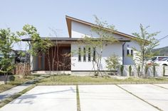 大沼町K邸 Home Building Design, Building A House, House Design, Modern Tropical House, Tropical Houses, Tropical Architecture, Facade Architecture, Halls, Retreat House