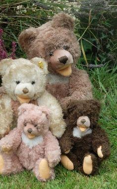 Adorable family of vintage Steiff cosy bears Teddy Hermann, My Teddy Bear, Love Bear, Vintage Toys, Dog Cat, Plush, Lovers, Stuffed Animals, Cosy