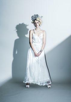 Coordinate dress...スリップドレスにプリーツのオーバースカートを合わせたコーディネートドレス 。 色々な白の素材と光沢が、動く度に表情を変えてくれます。