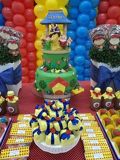 Snow White party tablescape & balloon backdrop. I like the cake & how fun the table is on this one.