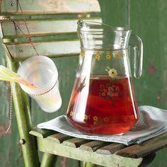 """Traubenlimonade Viel gesünder als Cola, Fanta und Co. - und noch dazu unwiderstehlich lecker: Limo aus Apfeltee, Traubensaft und Zitrone. <a href=""""/kochen/rezepte/rezept/trauben-limonade-"""">Zum Rezept: Traubenlimonade</a>"""