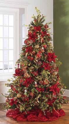 Árvore de Natal em tons de verde e vermelho clássico