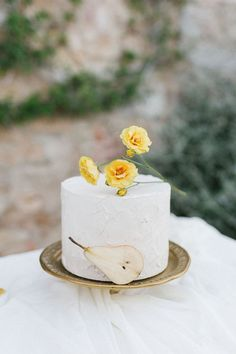 When we came across this gorgeous Pantone Yellow Wedding in the Italian countryside, we knew we had to share it! Yellow Wedding, Summer Wedding, Wedding Reception, Wedding Desserts, Wedding Gifts, Yellow Pantone, Creative Wedding Cakes, Wedding Trends, Wedding Ideas