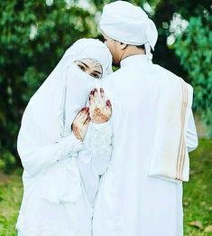 Tum mera ho R mera hi raho gy 😍😘😘 Muslim Wedding Photos, Muslim Wedding Dresses, Wedding Poses, Wedding Couples, Cute Muslim Couples, Cute Couples, Niqab, Wedding Favours Islamic, Muslim Couple Photography