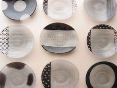 多彩な模様の小さなお皿は、ガラスの新しいスタンダードを感じさせる。  柄を違えて、何枚も揃えたい。
