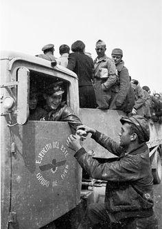 Spain - 1936-39. - GC - Aragon - El conductor de un camión perteneciente al Ejército del este conversando con un miliciano.