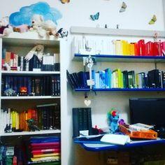 Forgive me for me vida loca ma sono una persona altamente disordinata.                    #bookporn #books #book #bookworm #bookstagram #reader #reading #literature #libro #lettura #picoftheday #italian #italy #librarian #readers #readersofinstagram #lovebooks #italiangirl #nicebook #nerdygirl #bookphotography #rainbow #colors #classic #bedroom #myroom #rainbowbooks  #library #instadaily #picoftheday #mylittlepony