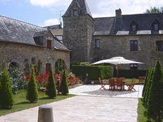 In het Bretoense Le Bono, in een park vol schaduwrijke plekjes, vind je, uittorenend boven de bomen, een tot hotel verbouwd 14e eeuws landhuis met moderne bijgebouwen: Domaine de l'Abbatiale. Comfortabele kamers, een zwembad met zonneterras, een tennisbaan en jeu de boules zijn wat Hotel Domaine de l'Abbatiale zijn gasten biedt. Daarnaast is er ook nog het restaurant, waar een voortreffelijke chefkok de scepter zwaait, en de gezellige bar. #LeBono Officiële categorie ***