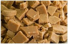 Easiest Microwave Fudge ever! and it's from a South African website. only 4 ingredients: 1 can full cream condensed milk, 100 g margarine, 500 ml castor sugar, 5 ml vanilla essence. make it in the microwave Easy Microwave Fudge, Microwave Recipes, Cooking Recipes, Microwave Vanilla Fudge Recipe, Easy Fudge, Toffee Recipe, Fudge Recipes, Dessert Recipes, Kos