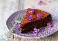 Den här nyttiga kladdkakan förför alla! Saftig, nötig och med rejäl chokladsmak. Helt utan gluten, mjölk och raffinerat socker.