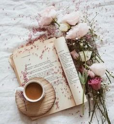 Book and tra flat lay photography ideas Book Aesthetic, Flower Aesthetic, Aesthetic Pictures, Flatlay Instagram, Photo Instagram, Flat Lay Photography, Coffee Photography, Morning Photography, Coffee And Books