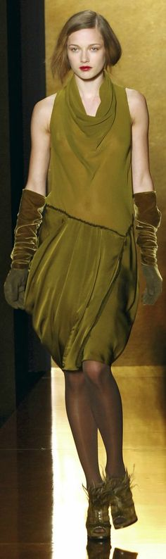 Monochrome outfit in draped olive-green silkchiffon and -satin with long gloves & feathered shoes by Donna Karan. Green Fashion, Love Fashion, High Fashion, Fashion Design, Fashion Basics, New York Fashion, Runway Fashion, Womens Fashion, Donna Karan