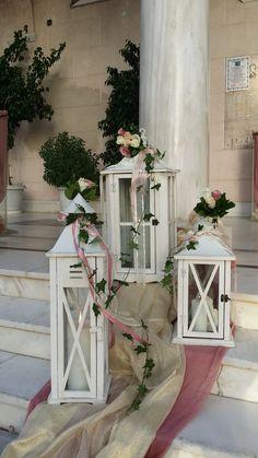 Ο εξωτερικός στολισμός του γάμου σας στην εκκλησία περιλαμβάνει πολλά φανάρια με λουλούδια σε διάφορα μεγέθη και γάζες στο διάδρομο κατά μήκος.