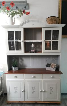 Apartment Chic, Apartment Interior, Painted Furniture, Home Furniture, Furniture Restoration, Farmhouse Kitchen Decor, Kitchen Cabinets, Restaurant, Home Decor